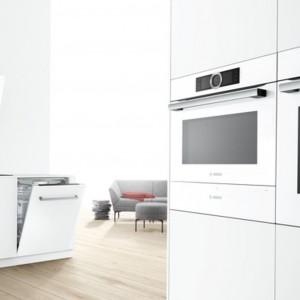 Piekarnik kompaktowy Bosch z linii Color Glass ze zintegrowaną kuchenką mikrofalową pozwala na przygotowanie doskonałych potraw w bardzo krótkim czasie. Fot. Bosch.