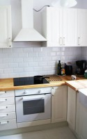 Mieszkanie w wiekowej kamienicy na starym Żoliborzu otrzymało drugie życie. Na nowo został stworzony podział pomieszczeń, dzięki czemu przestrzeń stała się bardziej funkcjonalna i dostosowana do potrzeb współczesnej rodziny.  Wnętrze zostało zaprojektowane tak, aby mieszkanie nie straciło swojego niepowtarzalnego klimatu. Wiele elementów wyposażenia pozostało oryginalnych. Piękne drewniane podłogi wymagały gruntownego odświeżenia, by mogły znów zachwycać nasyconą barwą i blaskiem. Stare okiennice po pomalowaniu stały się ozdobą pomieszczeń.  Zamiłowanie właścicieli do stylu art deco oraz inspiracje architekturą skandynawską pozwoliły na stworzenie przytulnych, jasnych wnętrz w których dominuje biel i drewno.