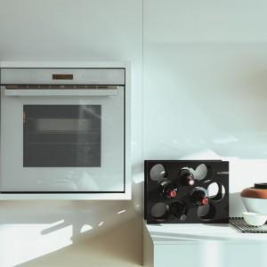 Piekarnik do zabudowy Franke z linii Crystal White wykończony w białym szkle. Wyposażony w system Autocook z pełną automatyką – 50 zaprogramowanych przepisów kulinarnych oraz programy Kompletne Menu i Wellness. Fot. Franke.