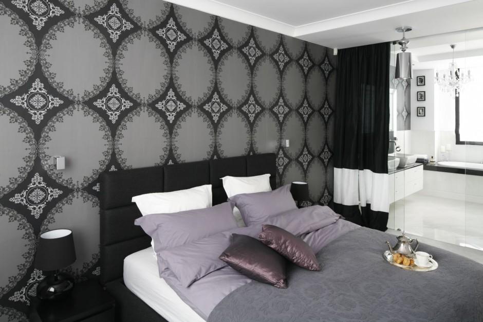Granicę między strefą...  Styl glamour: sypialnia połączona z łazienką