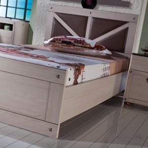 Tapicerowany zagłówek nadaje łóżku lekko dekoracyjny wygląd. Fot. Istikbal.