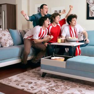 Chociaż obszerna sofa narożna Monna jest w typowo damskim kolorze, zapewni wygodę podczas oglądania meczu nie jednemu mężczyźnie. Fot. Istikbal.