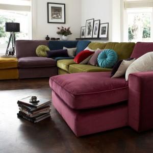 Duża, kolorowa sofa narożna może służyć jako wygodne legowisko po zakończeniu meczu. Fot. Furniture Village.