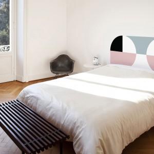 Kanadyjska grupa projektowa MPGMB zaprojektowała serię naklejek służących jako dekoracyjny zagłówek. Pastelowe kolory, geometryczne wzory wprowadzą do sypialni kolorowe akcenty. Fot.MPGMB.