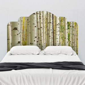 """Naklejka przedstawiająca brzozowy las odmieni każdą sypialnię.Na zdjęciu zagłówek o nazwie: """"Brich Forest"""" Fot. Walls need love."""