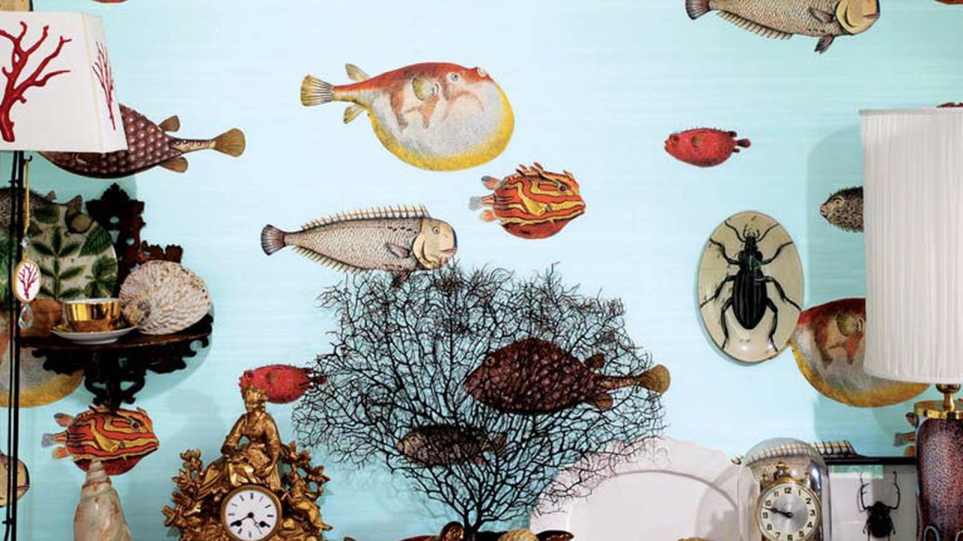 Kolorowe ryby zdobią tapetę z kolekcji Cole and Son. Fot. Lee Jofa.