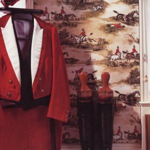 Dżokeje na pięknych koniach stanowiły inspirację dla twórców tapety Hunting Scenes. Fot. Lewis&Wood.