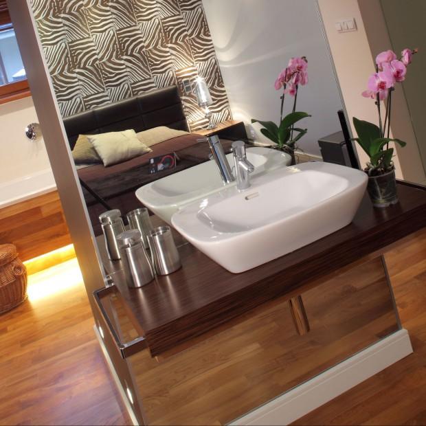 Łazienka w sypialni – drewno i kolory ziemi. Tak można stworzyć naturalną aranżację