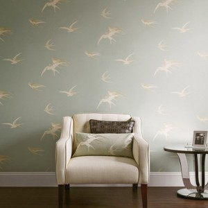 Tapeta Swallows marki Sanderson obrazuje niebo, po którym latają ptaki. Fot. Sanderson.