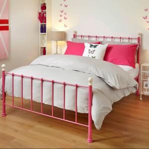 Metalowe, kolorowe łóżka  dostępne w wielu kolorach i wzorach to specjalność rodzinnej firmy z Wielkiej Brytanii. Fot. Wrought Iron & Brass Bed Co.