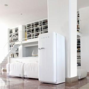 Wolno stojąca chłodziarko-zamrażarka marki Smeg stylizowana na lata 50. w białym kolorze doskonale sprawdzi się zarówno w kuchni nowoczesnej, jak i bardziej klasycznej. Dzięki swojej ładnej formie będzie ciekawym elementem wnętrza. Szerokość: 60 cm, pojemność całkowita: 256 l. Fot. Smeg.
