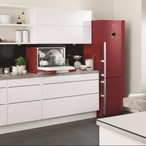 Czerwona lodówka ożywi kuchnię i nada jest oryginalny charakter. Można dodać do niej jeszcze kilka elementów w tym samym kolorze, a całość stworzy spójny, ciekawy wystrój. Na zdjęciu lodówka z oferty firmy Electrolux wyposażona między innymi w najnowszy system zachowania świeżości warzyw i owoców –Electrolux TwinTech FrostFree, system MultiFlow, a takżeniezależny obieg powietrzaw chłodziarce i zamrażarce. Fot. Electrolux.