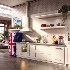 Sprzęt AGD marki Smeg idealnie dobrano zarówno do stylu, jak i kolorystyki kuchni. Piekarnik, zmywarki i mikrofalówka ładnie wtapiają się w tło. Elementem wyróżniającym się jest jedynie wolno stojąca lodówka stylizowana na lata 50. którą zdobi brytyjska flaga. Fot. Smeg.