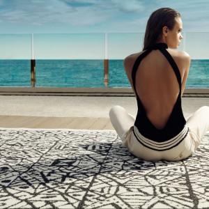 Czarno-biały dywan z kolekcji Azulejo marki Vendom o zgeometryzowanym, lecz niepowtarzalnym wzorze. Fot. Vendom.