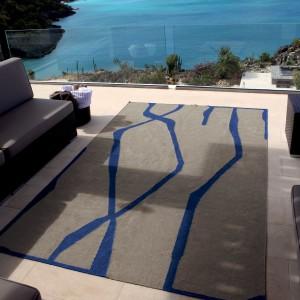 Ręcznie pleciony dywan Dong marki Toulemonde Bochart z charakterystycznym niebieskim wzorem. Fot. Toulemonde Bochart.