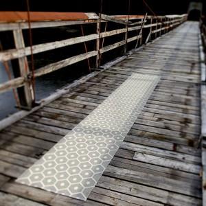 Długi dywan Eira marki Pappelina nie tylko na molo. Fot. Pappelina.