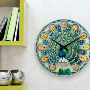Dekoracyjny zegar Pavone marki Tonin Casa inspirowany pięknym upierzeniem pawia. Fot. Tonin Casa.