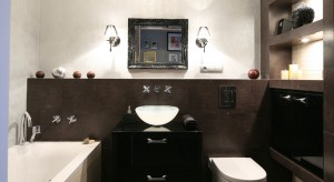 Pomimo, że powierzchnia łazienki wynosi jedynie 5 m kw. udało się zmieścić zarówno wannę jak i kabinę prysznicową, a przy tym funkcjonalnie rozplanować wyposażenie.