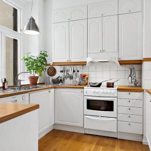 Kuchnia w typowym skandynawskim stylu - prosta, oszczędna w formie, biała, nawiązująca do stylu retro. Fot. Alvhem Makleri.