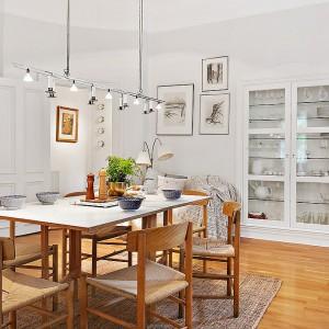 Dużą ozdobą mieszkania w starej kamienicy są drewniane podwójne drzwi. Fot. Alvhem Makleri.