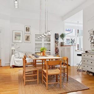 Rzut oka na jadalnię z pięknym drewnianym stołem i krzesłami. Fot. Alvhem Makleri.