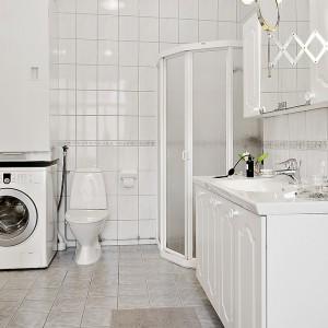 Łazienkę także urządzono w bieli. Fot. Alvhem Makleri.
