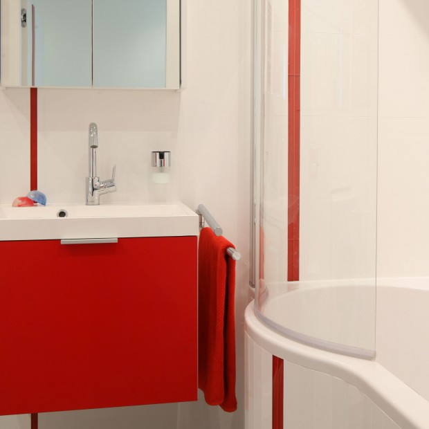 Łazienki z kolorową szafką - tak podkreślisz charakter wnętrza. 10 pomysłów architektów