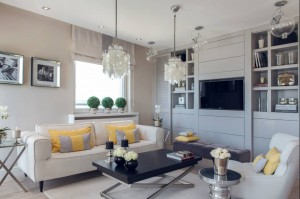 Salon zaprojektowany przez studio projektowe D-Zone, budzi same najlepsze skojarzenia. Jest tu miejsce na nutę elegancji, rys ekstrawagancji i dużo domowego ciepła. Urządzony w kojącej, beżowej tonacji, wydaje się idealnym miejscem do odpoczynku bądź spotkania z przyjaciółmi. Kolor żółty wnosi ciepło, a dodatki intrygują, wpisując się idealnie w całość.