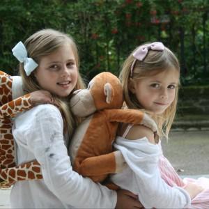 Wesoła małpka i żyrafa potrafią zmienić się w całkiem pojemne plecaki. Fot. Bobo Buddies.