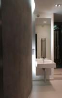 Metaliczna łazienka.