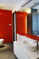 Czerwień i biel w łazience.