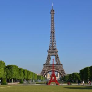 """Wieża Bistro w Paryżu na tle swej majestatycznej """"starszej siostry"""". Fot. Fermob."""