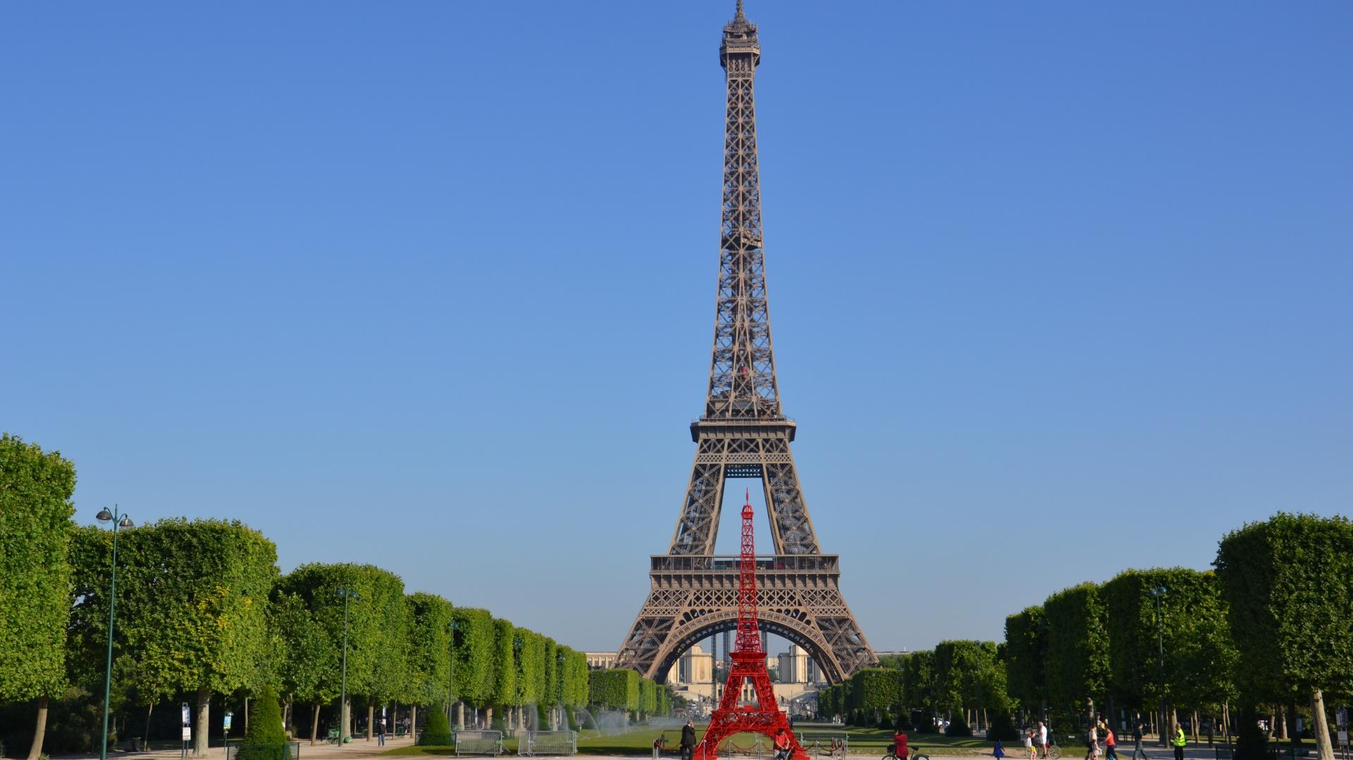 Wieża Bistro w Paryżu na tle swej majestatycznej