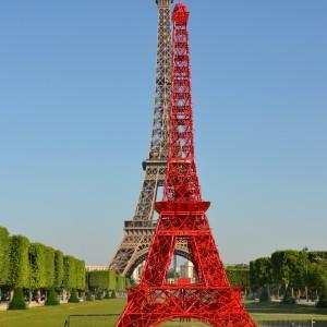 Wieżę Bistro wykonano z 324 krzeseł marki Fermob, co odzwierciedla wysokość mierzącej 324 metry Wieży Eiffla. Fot. Fermob.