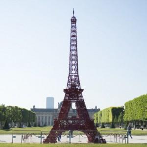 Wieżę Bistro w Paryżu można podziwiać przez całe wakacje. Fot. Fermob.