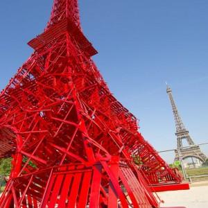 Kolor czerwony wybranych do konstrukcji krzeseł jest symbolem rewolucji, jaka dokonała się na przełomie czwartej dekady ubiegłego wieku we wzornictwie mebli ogrodowych. Fot. Fermob.