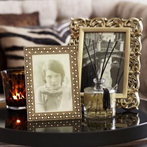 Dekoracyjne ramki do zdjęć to praktyczne element dekoracyjny pokoju dziennego czy sypialni. Fot. Tesco Direct.