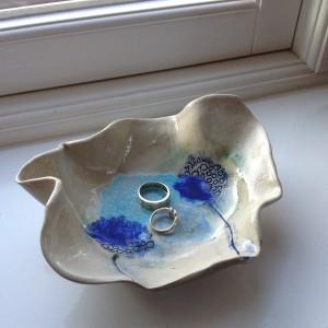 Na porcelanowy, pofalowany półmisek można np. położyć biżuterię zdejmowaną przed myciem rąk. Fot. Charlotte Hupfield Ceramics.