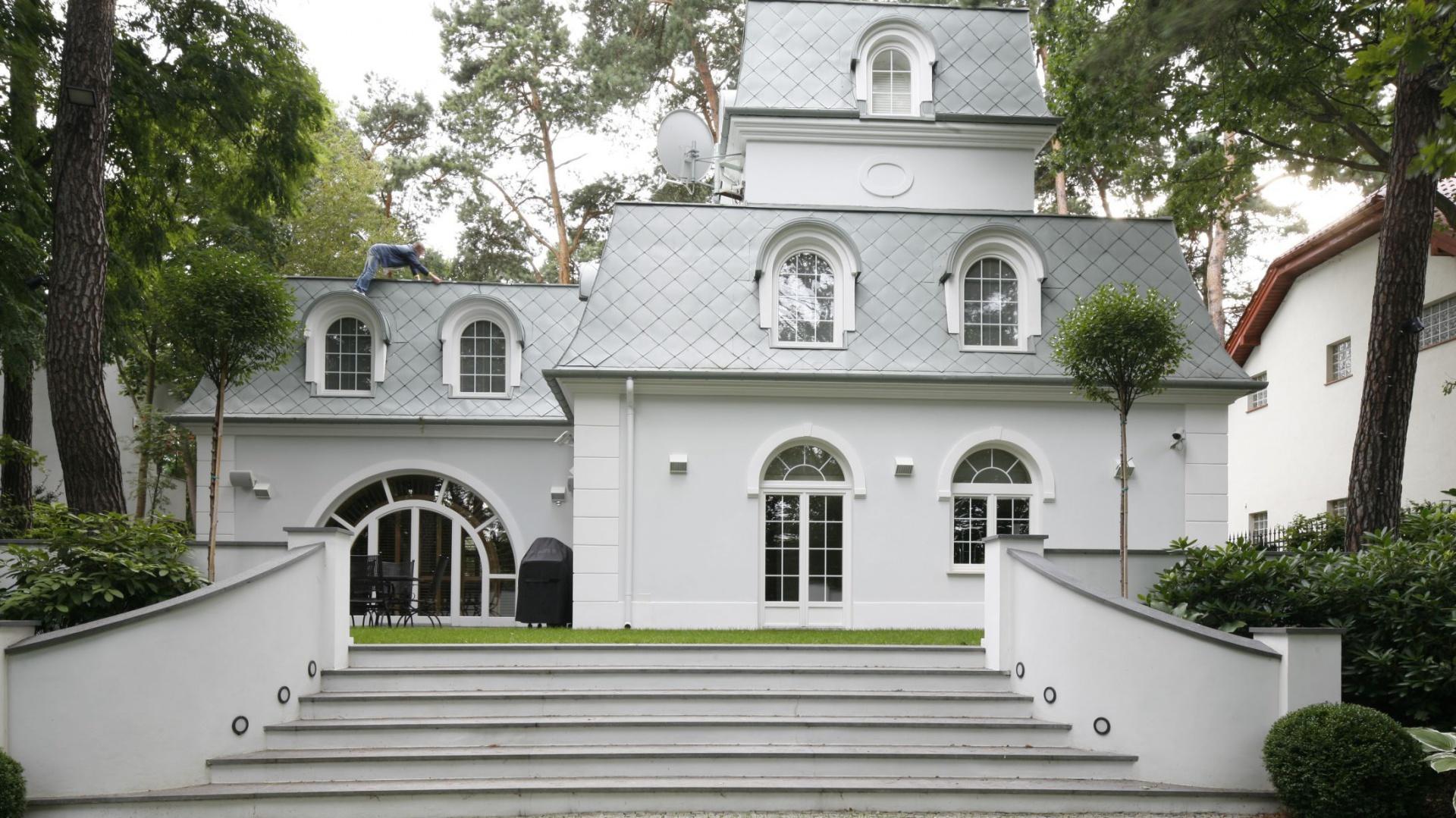 Inspirowany stylem secesyjnym dworek wyróżnia asymetryczna bryła budynku. Fot. Bartosz Jarosz.