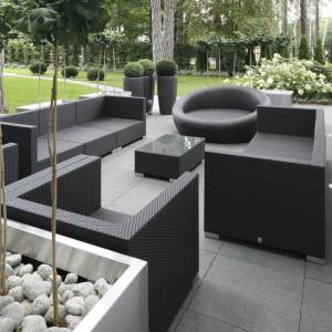 Strefę wypoczynkową na zewnątrz organizuje zestaw eleganckich mebli rattanowych w czarnym kolorze. Fot. Bartosz Jarosz.