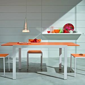 Prosty i rozkładany stół Dado. Podstawa metalowa lakierowana na aluminium, blat w kolorze pomarańczowym. Stół dostępny jest w dwóch wymiarach: 70x70 cm rozkładany do 140 cm oraz 110x70 cm rozkładany do 160 cm. 916 zł, Italia Style.