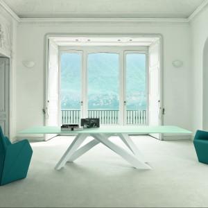 Stół Big Table zaprojektowany przez Alain Gilles dla marki Bonaldo. Występuje w dwóch wersjach konstrukcyjnych: rozkładanej i nie. Dostępny jest w różnych rozmiarach z możliwością wyboru wykończenia blatu w szkle lub drewnie. Od ok. 8.300 zł, Bonaldo/Akademia Architektury.