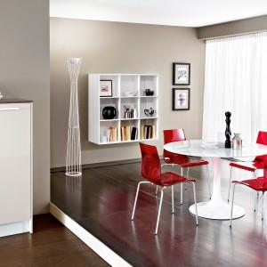 Krzesło GEL-B. Metalowy stelaż malowany na kolor aluminium lub chromowany, siedzisko i oparcie wykonane z masy plastycznej – policarbonatu.Dostępne są również krzesła na podstawie w kształcie płoz oraz hokery o różnych wysokościach. 658 zł, Italia Style.