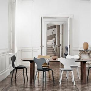 Stół Analog nie jest okrągły, owalny ani prostokątny – to nowa forma, która powstała na bazie najlepszych klasycznych rozwiązań. Dostępny w dwóch rozmiarach (na 6 lub 8 osób) oraz w trzech kolorach: biały laminat, dąb, fornir orzechowy. Krzesło Grand Prix dostępne w wykończeniu drewnianym, tapicerowanym tkaniną lub skórą naturalną. Od 6.590 zł/stół, od 1.600 zł/krzesło, Fritz Hansen/Mootic Design Store.