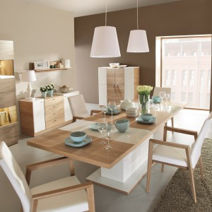Stół i krzesła z kolekcji Modern łączącej nowoczesną, połyskującą biel z rysunkiem i usłojeniem naturalnego drewna dębowego. 2.899 zł/stół, ok. 509 zł/krzesło, Paged Meble.