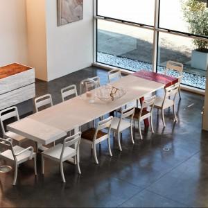 Duży, drewniany stół z kolekcji Ombre. Dodatkowo jeszcze jedna część jest wysuwana. Będzie idelany do przestronnej, rodzinnej jadalni. Wymiary: dł. 200 cm, szer. 100 cm, wys. 76 cm. Cena na zamówienie, Marchetti/Square Space.