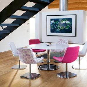 Krzesło obrotowe He marki Tonon. Nowoczesne, ale i stylowe. Siedzisko jest tapicerowane, podstawa wykonana z polerowanego aluminium. Dostępne w różnych kolorach w tkaninie lub skórze. Od ok. 730 funtów, Homefrenzy.