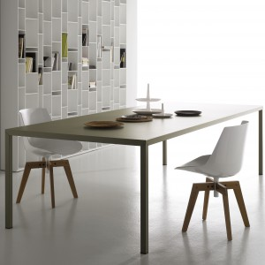 Stół Steel z oferty firmy MDF Italia o prostej, minimalistycznej formie. Wykonany ze stali. Nogami mają ten sam kolor co blat. Wymiary: 200x100x75 cm. Ok. 1.762 funtówy, Made in design.pl.