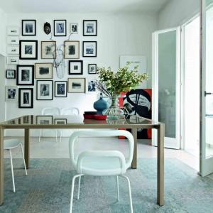 Nowoczesny stół R6 oprostej budowie, zblatem prostokątnym, wzależności odpotrzeb – rozkładanym lubnie. Metalowa rama inogi dostępne są w kolorze białym, czarny, tortora lubszarego aluminium, podobnie blat zeszkła lublaminatu oraz wkładki dojego rozkładania. Cena na zamówienie, Kler.