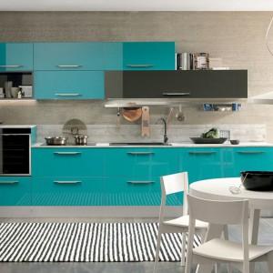 Ice to kuchnia z eklektyczną osobowością. Zaprojektowana w minimalistycznym stylu odznacza się dynamiczna linią oraz lekkością i świeżością aranżacji. Fot. Febal Casa.